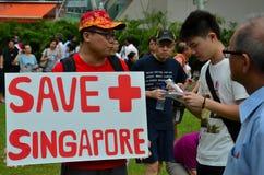 Protesteerder met aanplakbiljet bij Meidagverzameling Singapore stock foto's