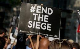 Protesteerder met aanplakbiljet in Gaza: Houd de Slachtingsverzameling in Whitehall, Londen, het UK tegen stock foto's