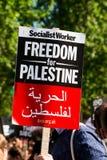 Protesteerder met aanplakbiljet in Gaza: Houd de Slachtingsverzameling in Whitehall, Londen, het UK tegen stock afbeeldingen