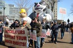 Protesteerders buiten het Capitool van Wisconsin stock afbeeldingen