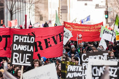 Protesteerders die al soort Tekens, Vlaggen en Aanplakbiljetten in de Straten houden Stock Afbeelding