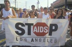 Protesteerders die banner tijdens AIDS-verzameling, Los Angeles, Californië houden royalty-vrije stock afbeeldingen