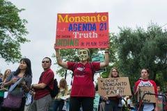 Protesteerders die in de straten tegen het Monsanto-bedrijf worden verzameld Stock Foto's