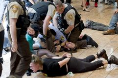 Protesteerders die worden gearresteerd stock fotografie