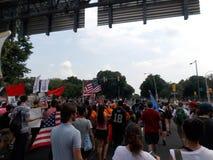 Protesteerders Maart bij Democratische Nationale Overeenkomst Stock Foto's