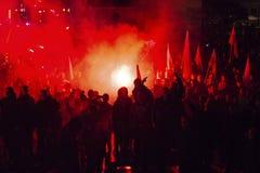 Protesteerders maart door centrum van stad Stock Afbeelding