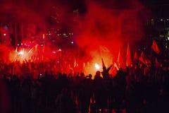 Protesteerders maart door centrum van stad Stock Afbeeldingen