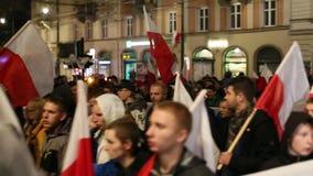Protesteerders maart door centrum van stad stock videobeelden