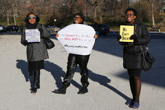 Protesteerders maart tegen politiebarbarisme en groot jurybesluit betreffende Eric Garner-geval inzake Groot Legerplein in Brookl Stock Fotografie