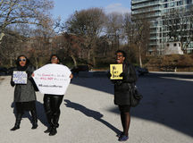 Protesteerders maart tegen politiebarbarisme en groot jurybesluit betreffende Eric Garner-geval inzake Groot Legerplein in Brookl Royalty-vrije Stock Foto