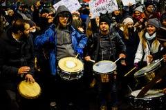 Protesteerders met trommels tegen corruptiebesluit, Roemenië stock foto