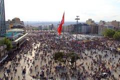 Protester i den Turkiet Taksim fyrkanten Royaltyfria Foton