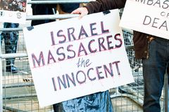 Protestera meddelanden på plakat och affischer på Gaza: Stoppa massakern samlar i Whitehall, London, UK Fotografering för Bildbyråer