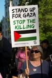 Protestera meddelanden på plakat och affischer på Gaza: Stoppa massakern samlar i Whitehall, London, UK Arkivbild