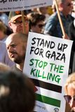 Protestera meddelanden på plakat och affischer på Gaza: Stoppa massakern samlar i Whitehall, London, UK Arkivbilder