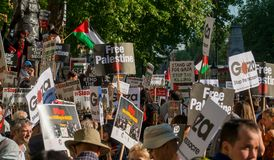 Protestera meddelanden på plakat och affischer på Gaza: Stoppa massakern samlar i Whitehall, London, UK Royaltyfri Foto