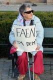 Protestera mot skatteparadis framme av den norska parlamentet (Stortinget) Royaltyfri Foto