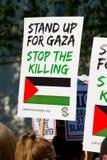 Protestes met aanplakbiljetten in Gaza: Houd de Slachtingsverzameling in Whitehall, Londen, het UK tegen stock foto