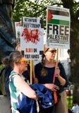 Protestes met grafische aanplakbiljetten in Gaza: Houd de Slachtingsverzameling in Whitehall, Londen, het UK tegen royalty-vrije stock afbeelding