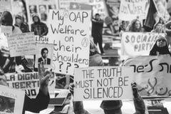 Protestez automatique avec des bannières faites avec réutiliser les copeaux de papier Photographie stock libre de droits