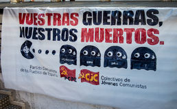 Protestez les agains guerre syrienne de signes et ÊTES terrorisme au centre de la ville de Madrid Photo stock