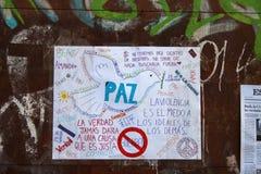 Protesti i agains guerra siriana dei segni ed È il terrorismo al centro urbano di Madrid Fotografia Stock Libera da Diritti