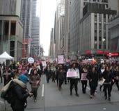 Protestieren Sie Parade, Midtown Manhattan, Frauen ` s März, Central Park, NYC, NY, USA Stockbild