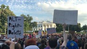 Protestierender außerhalb der weißen Haushalts-Zeichen stock video