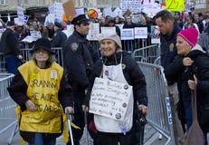Protestierender außerhalb des Trumpfs ragen an Präsident ` s Tag hoch Stockfoto