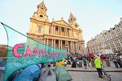 Protestierender außerhalb Kathedrale der Str.-Pauls, London Stockbilder