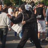 Protestierender, der ein Ei während der Maitagparade in Mailand, Italien wirft Stockfoto