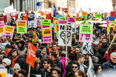Protestierender, die alle Art Zeichen, Flaggen und Plakate in den Straßen halten Lizenzfreie Stockfotos