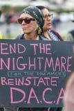 Protestierender hält ein Zeichen, das Ende der Albtraum für Träumer liest Stockbilder