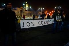 Protestierender mit Korruptionsbekämpfungs- Mitteilung, Bukarest, Rumänien Stockbilder