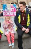 Protestierender mit Plakat beim Großbritannien ist gebrochen,/Parlamentswahl jetzt demonstratio in London stockfoto