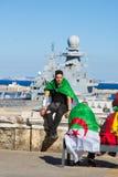 Protestierender nahe einem Militärboot stockbild