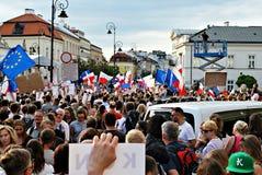 Protestierender sammeln vor dem Präsidentenpalast in Warschau Stockbilder