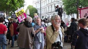 Protestierender treten in London für einen Anti-Atom Kriegsprotest zusammen stock video footage