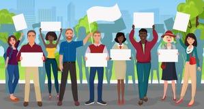 Protestmensen met aanplakbiljettenmegafoons op demonstratie Menigte het protesteren mensensamenstelling op de stadsachtergrond Stock Afbeelding