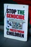 Protestmitteilungen in Gaza: Stoppen Sie die Massakersammlung in Whitehall, London, Großbritannien stockfotografie