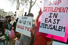 Protesto de encontro aos estabelecimentos israelitas fotografia de stock
