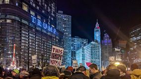 Protesto do Anti-trunfo de LGBTQ na torre do trunfo em Chicago imagem de stock royalty free