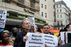 Protesto fora Dorchester hotel Londres do 6 de abril de 2019 imagens de stock royalty free