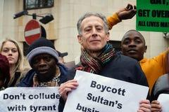 Protesto fora Dorchester hotel Londres do 6 de abril de 2019 foto de stock royalty free
