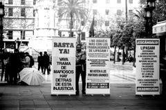 Protesto na frente da câmara municipal fotografia de stock