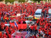 Protesto vermelho da camisa nas estradas de Banguecoque Fotos de Stock Royalty Free