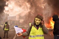 Protestor amarelo francês da veste que veste a máscara de Guy Fawkes em uma demonstração em Paris foto de stock royalty free