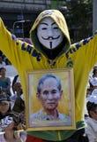 Protestor de la Blanco-máscara con el retrato del rey Foto de archivo libre de regalías