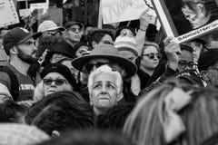 Protestor de la mujer, ` s marzo Los Ángeles de 2017 mujeres Fotografía de archivo