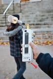 Protestor misst Strahlung von Videotron Antenn Lizenzfreies Stockfoto